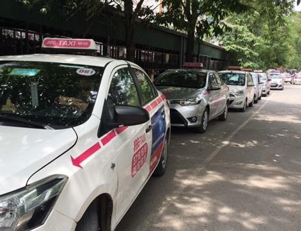 Đại diện bệnh viện Nhi khẳng định cán bộ viên chức bệnh viện không có cổ phần trong công ty taxi ABC. Việc ký hợp đồng độc quyền là đúng pháp luật để đảm bảo an ninh trong viện.