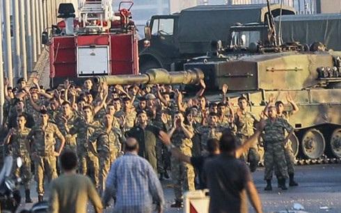 Binh sĩ đảo chính ở Thổ Nhĩ Kỳ đầu hàng cảnh sát và dân chúng. Ảnh: Getty.