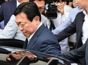 Chủ tịch tập đoàn Lotte, Shin Dong-bin, và cha của ông đã bị cấm xuất cảnh khỏi Hàn Quốc để điều tra về nghi vấn tham nhũng, lập quỹ đen và giao dịch trái phép