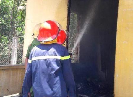 Lực lượng PCCC nỗ lực khống chế ngọn lửa nhưng không thể cứu điểm trường mầm non này.
