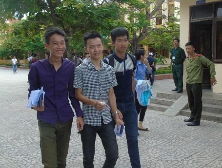 Các thí sinh tươi cười sau khi hoàn thành bài thi môn Vật lý