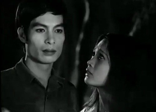 Việt Bảo (trái) và Lê Vân trong phimBao giờ cho đến tháng Mười.