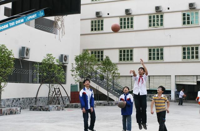 Chơi các môn bóng cũng giúp trẻ phát triển chiều cao. Ảnh: Chí Cường