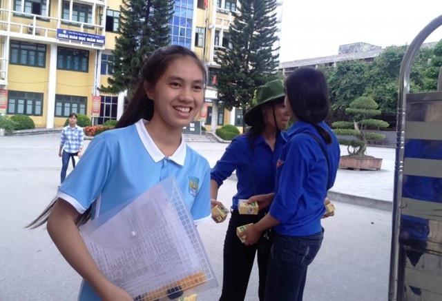 Học sinh vui mừng kết thúc môn thi thứ 4