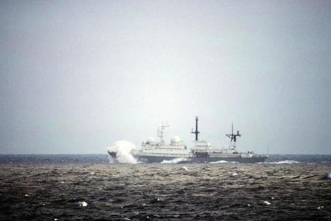 Tàu do thám của Nga.