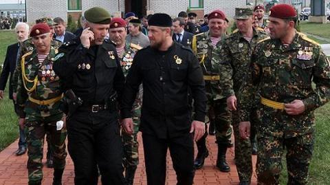 Ông Ramzan Kadyrov (giữa) là nhà lãnh đạo rất có uy tín ở Cộng hòa Chechnya