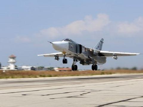 Một máy bay Su-24 của Nga cất cánh tại căn cứ Hmeimim, Syria