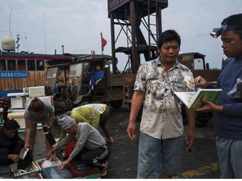 Ngư dân Hải Nam thường xuyên ra khơi đánh cá ở Biển Đông với sự hộ tống của hải cảnh Trung Quốc