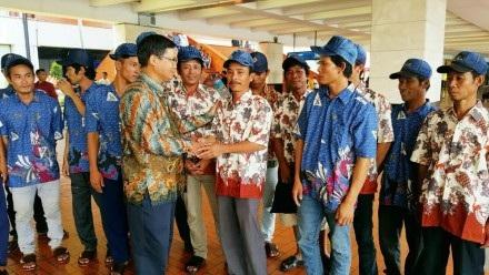 Đại sứ Hoàng Anh Tuấn tặng quà cho các ngư dân Việt Nam được về nước.