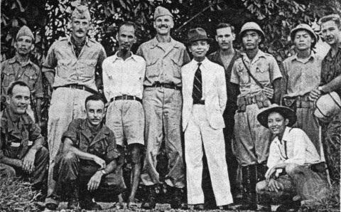 Nhóm Con nai chụp ảnh cùng Chủ tịch Hồ Chí Minh và Đại tướng Võ Nguyên Giáp.