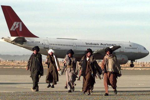 Lính Taliban bên chiếc máy bay của Hãng Hàng không Ấn Độ do các chiến binh Pakistan bắt cóc tại Kandahar (năm 1999).
