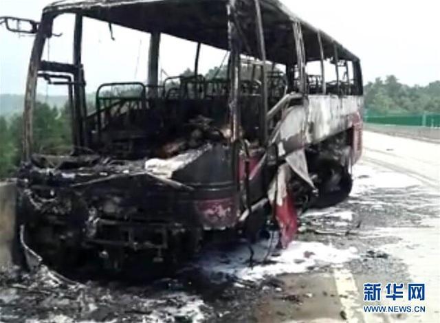 Ô tô bị thiêu rụi sau khi lao vào dải phân cách. (Ảnh: China News)