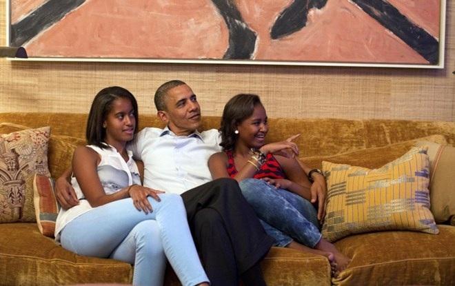 Ông Obama luôn dành nhiều thời gian để chơi đùa cùng hai con gái. (Nguồn: AP)
