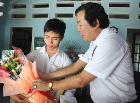 Ông Đoàn Dụng - Giám đốc Sở GD&ĐT tỉnh (bên phải) kịp thời chúc mừng đến em Lê Hữu Thông.