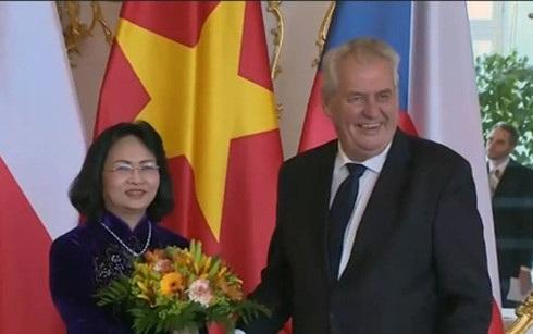 Phó Chủ tịch nước Đặng Thị Ngọc Thịnh và Tổng thống Cộng hòa Czech Milos Zeman. (Ảnh: VTV)