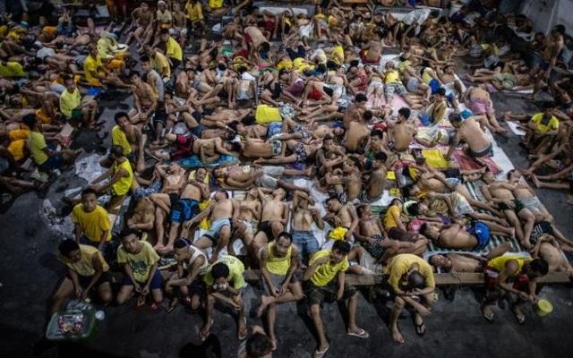 Khi trời mưa, tình hình thậm chí còn tồi tệ hơn bởi tù nhân không thể ngủ trên sàn. (Ảnh: AFP)