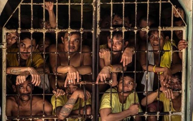 Người chen chúc như nêm trong các phòng giam khiến phạm nhân không thể duỗi chân tay một cách thoải mái. (Ảnh: AFP)