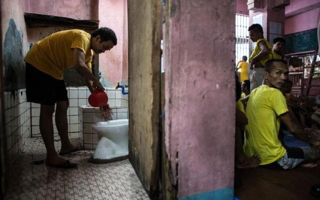 Mario Dimaculangan, một tù nhân tại đây, cho biết anh ta phải dùng chung một bồn cầu với 130 tù nhân khác. Khu vực này bốc mùi hôi thối quanh năm vì rác thải ở một con kênh gần đó. (Ảnh: Getty)