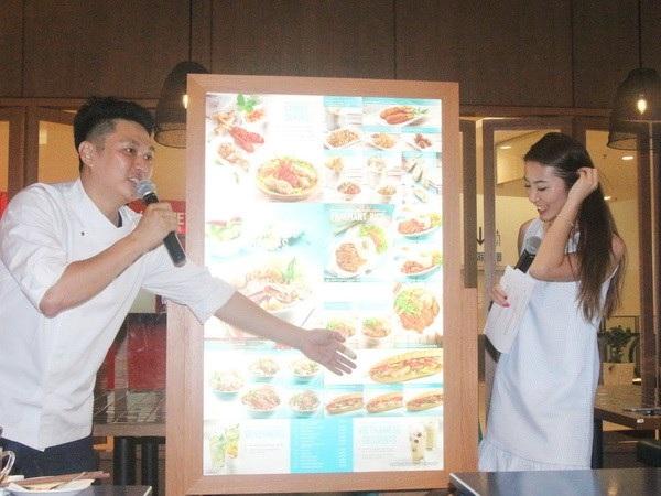 Giới thiệu các món ăn của nhà hàng Phở Phố Việt Nam. (Ảnh: Hoàng Nhương/Vietnam+)
