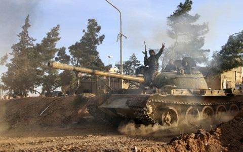 Xe tăng quân đội Syria tiến sát thủ phủ Raqqa của IS. Ảnh AP.