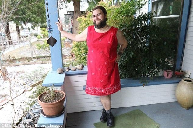 Rose tự thấy mình rất nữ tính với bộ râu quai nón. (Nguồn: Dailymail)