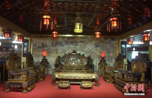 Choáng với bộ bàn ghế gỗ cẩm lai vàng giá gần 700 tỉ đồng - 1