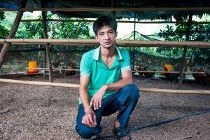 Shi Wenjian là một trong những công nhân từ bỏ công việc nhà máy để trở về Quý Châu làm công việc nuôi gà, nơi anh có thể tiện chăm sóc bố mẹ và hai người con