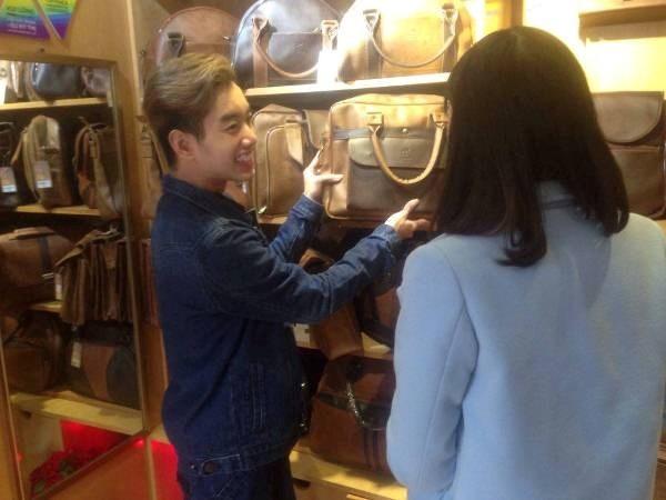 Nguyễn Đức Anh giới thiệu sản phẩm cho khách tại cửa hàng. (Ảnh: Phương Anh/Vietnam+)