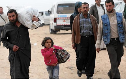 Người dân Syria tại một trạm xe khách ở Aleppo vào tháng 11/2014. (ảnh: AFP).
