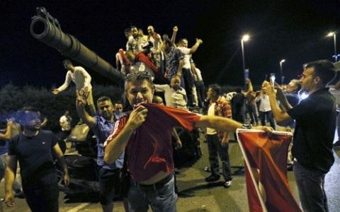 Người dân Thổ Nhĩ Kỳ bao vây xe tăng của nhóm đảo chính tối 15/7. Ảnh: Reuters.
