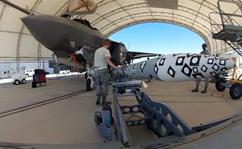 Lắp tên lửa AIM-120 AMRAAM cho tiêm kích F-35A.