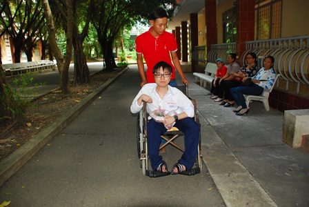 Trần Phước Chung bị liệt 2 chân được bạn thân là Phan Hoàng Duy suốt 6 năm thường xuyên cõng đến trường. Cả hai là học sinh lớp 12/4, Trường THPT Gò Công Đông, Tiền Giang. Mặc dù sức khỏe yếu, không thể tự đi lại được nhưng Chung đã rất nỗ lực học tập và học rất giỏi vì vậy Duy thấy thương và luôn giúp đỡ để Chung có thể đến trường. Trong ảnh: Chung được Duy đưa đến điểm thi THPT quốc gia tại điểm thi trường Đại học Tiền Giang. (Ảnh: Nguyễn Vinh)