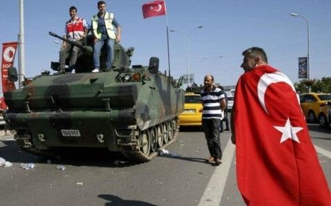 Người dân Thổ Nhĩ Kỳ chiếm xe thiết giáp của lực lượng đảo chính. Ảnh BBC
