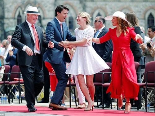 Thủ tướng Justin Trudeau (thứ hai từ trái sang) khiêu vũ đầy ngẫu hứng