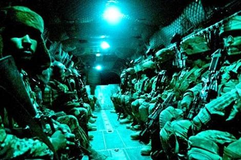 """15 biệt kích Team 6 trên chiếc """"kẻ chiếm đoạt"""" 17."""