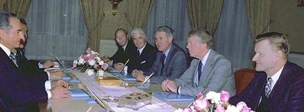 Quốc vương Iran Mohammad Reza Pahlavi hội kiến với Tổng thống Mỹ Jimmy Carternăm 1977.