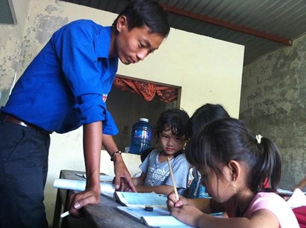 Thầy giáo Phan Cả trong một buổi dạy cho học sinh nghèo Lương Viện.