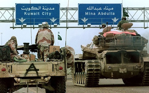 Xe quân sự Mỹ và xe tăng Saudi Arabia tiến về thành phố Kuwait trong chiến dịch Bão táp Sa mạc. Ảnh: AFP.