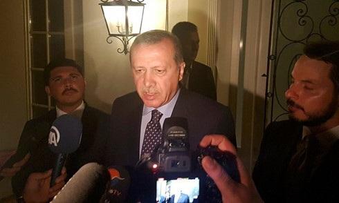Tổng thống Erdogan phát biểu với truyền thông sau khi nổ ra đảo chính. Ảnh: Reuters.