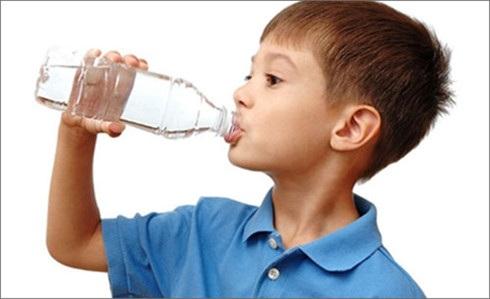 Nhiều trẻ nguy kịch tính mạng vì uống nhầm dầu hỏa, hóa chất do sự bất cẩn của người lớn