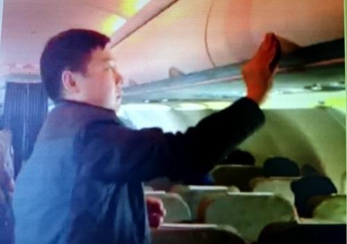 Trước đó, một hành khách khác là Zhang Giang (Trung Quốc) ăn cắp đồ tại giá hành lý trên chuyến bay VN 600 Bangkok (Thái Lan) - TP.HCM chiều 19/1 cũng đã bị tiếp viên Vietnam Airlines bắt quả tang và quay clip làm bằng chứng