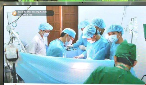 Các y, bác sĩ đang mổ cho bệnh nhân. Ảnh: TÙNG SƠN