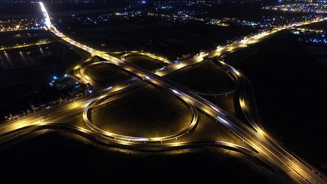Hình ảnh những giao lộ ở Hà Nội đẹp lung linh huyền ảo trong đêm - 11