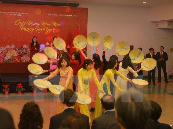 Tiết mục văn nghệ múa nón do đội văn nghệ Phái đoàn thường trực Việt Nam tại Liên hợp quốc biểu diễn tại chương trình. (Ảnh: Hữu Hoàng/TTXVN)