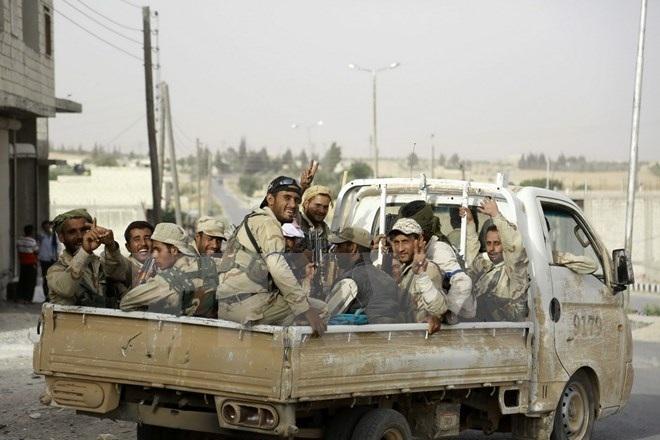 Lực lượng ủng hộ Chính phủ Syria trong chiến dịch truy quét phiến quân IS ở ngoại ô thị trấn Manbij, Aleppo ngày 15/6. (Nguồn: AFP/TTXVN)