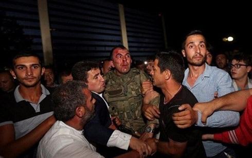 Một binh sĩ tham gia đảo chính bị bắt giữ. (Ảnh: ent-redefined)