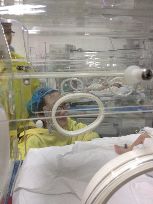 Người mẹ kiên cường chiến đấu với ung thư để bảo vệ thai nhi trong bụng đã được sang thăm con, nhìn con lần cuối trước khi chị đầu hàng căn bệnh ung thư phổi di căn.