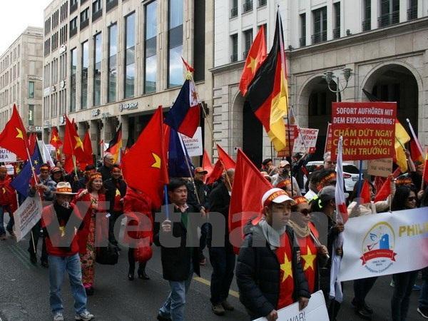 Người Việt tại Đức biểu tình phản đối Trung Quốc.