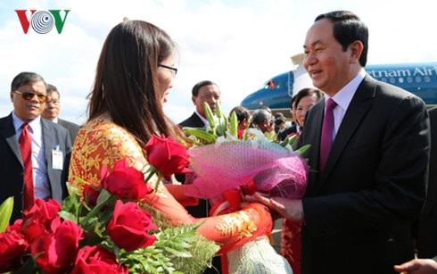 Người dân Champasack chào đón Chủ tịch nước Trần Đại Quang đến thăm.
