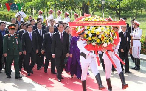 Chủ tịch nước Trần Đại Quang và đoàn cấp cao Việt Nam tới đặt vòng hoa tại Đài liệt sĩ vô danh